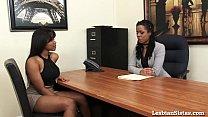 في مكتب في شركة، اثنين من مثليات السود قبلة على كسهم