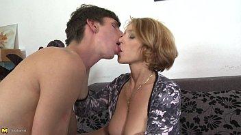 تريد سيدة ذات الثدي الكبير ممارسة الجنس مع طالب شاب