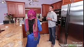 الإباحية الحجاب مع امرأة سمراء لطيفة تناول جميع الحيوانات المنوية