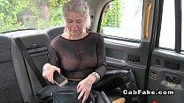 سيدة شقراء كبيرة هي ممارسة الجنس وتمتص ديك سائق سيارة أجرة