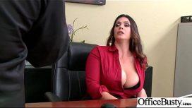 رئيسه الذي لديه ثديين كبيرين يطالبه بممارسة الجنس معًا