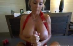 السيدة ذات الصدور الكبيرة تعطيه الكثير من الجنس