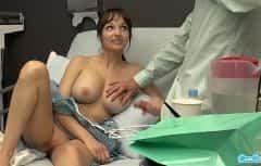 إنها مفاجأة سارة من ثدييها الكبير