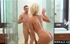 تذهب إليه في الحمام وتراه مع رفع ديكه