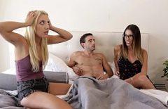 يجب على الرجل أن يمارس الجنس مع عاهرتين حساستين