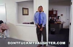 رئيسه لديه ابنة عاهرة ويريد دائمًا أن يمارس الجنس معه كالمجانين