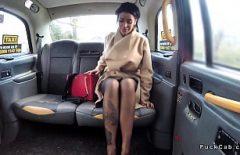 وشم روماني مارس الجنس في وجه سيارة أجرة في إنجلترا