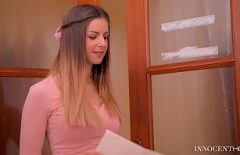 تطلب Elena حزمة على الإنترنت وتدفع إكرامية