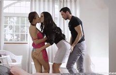 رجل يمارس الجنس مع شقيقتين عاهرة جدا وجيدة