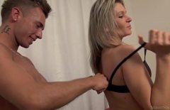 صبي يمارس الجنس مع سيدة ناضجة جميلة لا تزال تقود