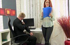 أحمر الشعر الشباب مارس الجنس في فمها على مكتب رئيسها