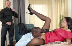 زوجها يحضر رجلاً آخر ليمارس الجنس مع الثلاثة