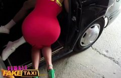 يطلب سيارة أجرة ويقف على عجلة القيادة امرأة سيئة