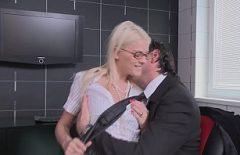 شقراء مارس الجنس في مكتب رئيسها للحصول على راتب أعلى