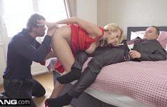 سيدة ناضجة تمارس الجنس مع رجلين في وقت واحد وتكسرهم