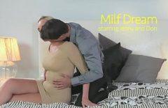 Milfa تمتص الديك والملاعين كما تراه في الأفلام المثيرة