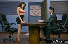طالبة سمراء مثير مارس الجنس في العمل حيث تجعل رأسها لأعلى