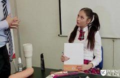 تلميذة استغل من قبل المعلم الموهوبين