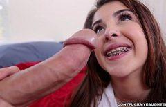 امرأة شابة مثيرة تفرك كراتها بينما يحشوها