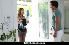 يعود إلى المنزل إلى صديق ليطهرهم وهم يرتدون ملابس عاهرة