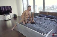 ممثل يمارس الجنس مع صديقتين