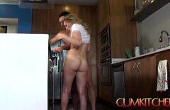 تدعوه ليطبخوا معًا ، لكنها تفكر في الديك