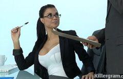 امرأة سمراء لديها بزاز كبيرة تريد أن تضاجعك مثل ديك يائس