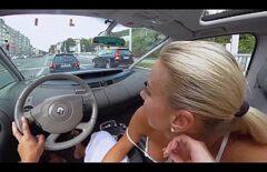 هذه الشقراء تمتص الديك أثناء القيادة